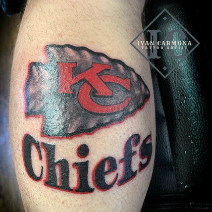 Kansas City Chiefs Football Tattoo On The Leg With Red And Black Calligraphy Tatuaje De Los Kansas City Chiefs Football En La Pierna Con Caligrafía Roja Y Negra<br>