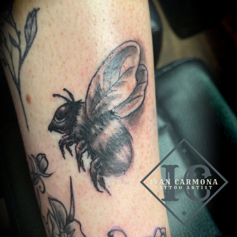 Bumble Bee Tattoo On The Leg With Black Shading Tatuaje De Abejorro En La Pierna Con Sombreado Negro<br>