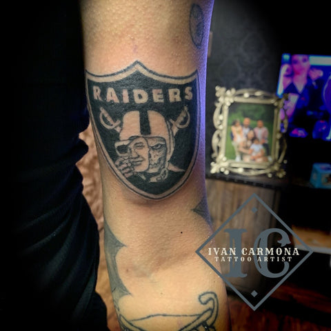 Raiders Inspired Tattoo For Sports Fans On The Arm With Black And Gray Ink Tatuaje Inspirado Raiders For Fanáticos Del Deporte En El Brazo Con Tinta Negra Gris Y Azul