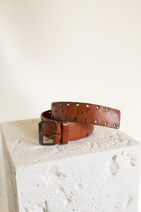 Y2K medium brown leather grommet belt  // 31.5-34.5