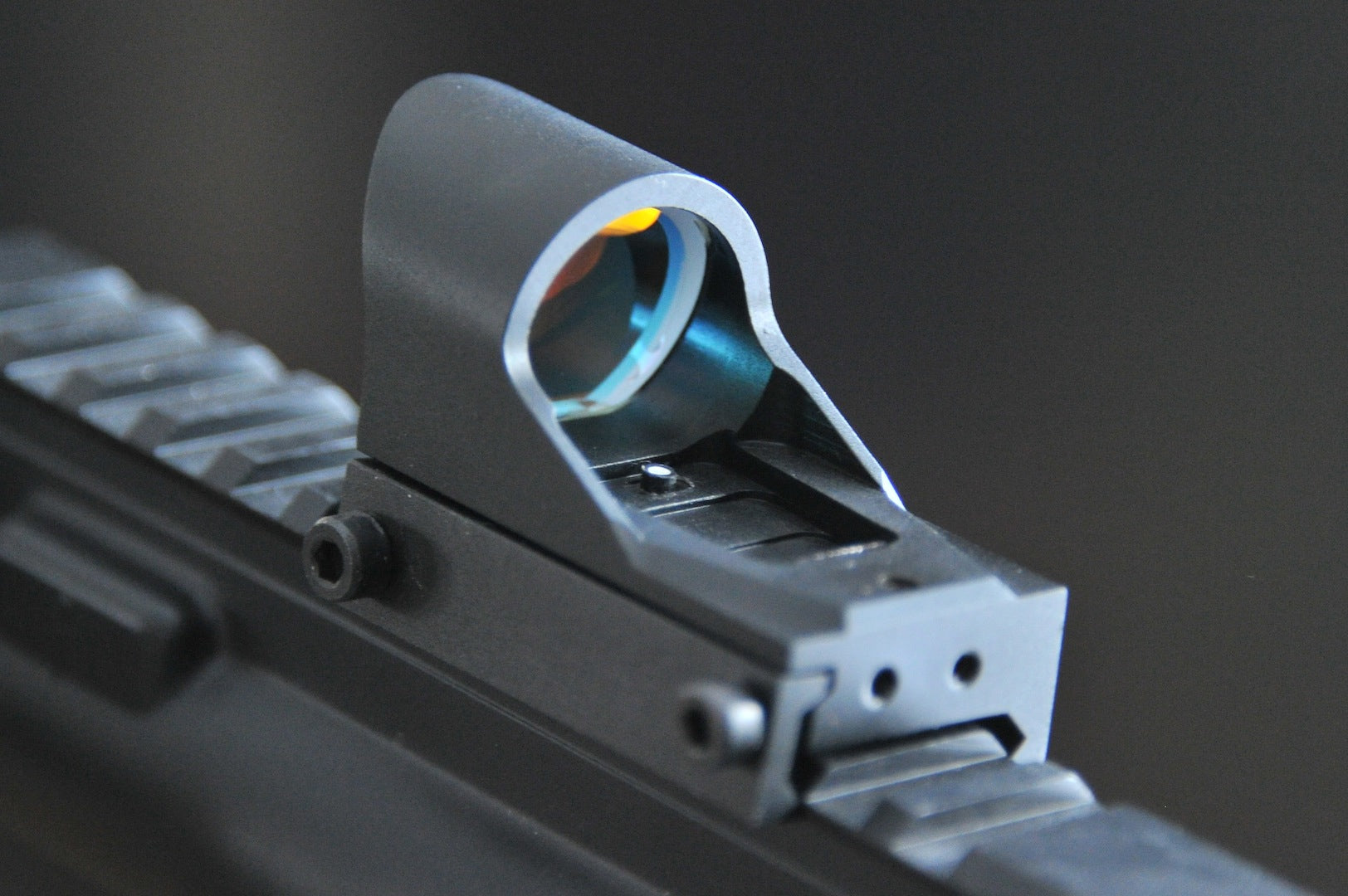 Red Dot Auto Light Sensing Sight built in sun shade, good for pistols.