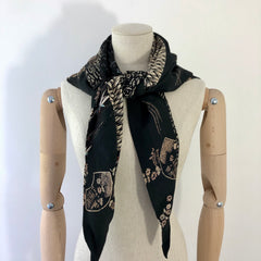 Scarf / triangle shape