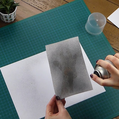 Can be misted on to the back of drawings, prints or photographs for ease of tracing on to a variety of surfaces