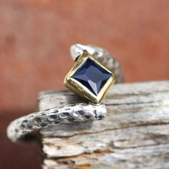 princess-cut-gravity-defyer-floating-blue-stone-twisted-band-silver-ring-2