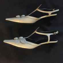 Load image into Gallery viewer, PRADA FW 2000 Beige leather kitten heel with rose