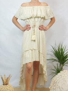 Robe beige, volant, pampilles