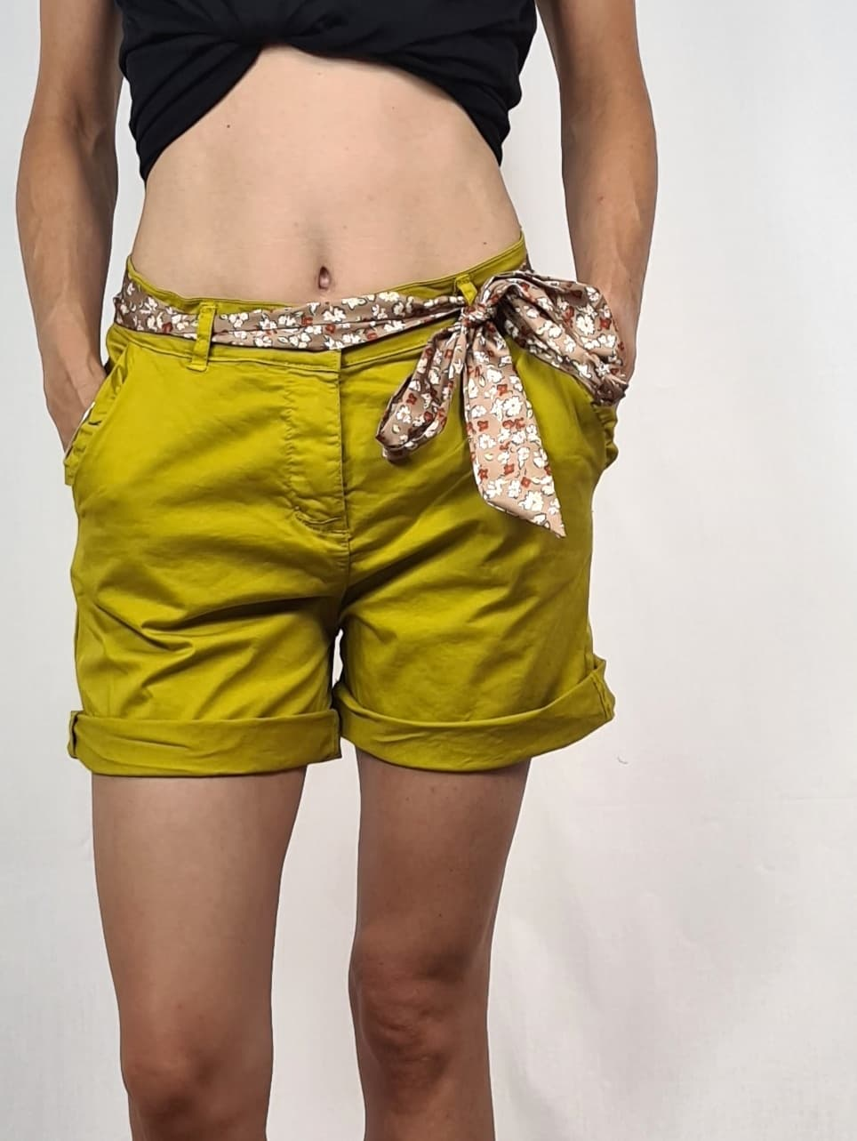 Short court moutarde, ceinture foulard