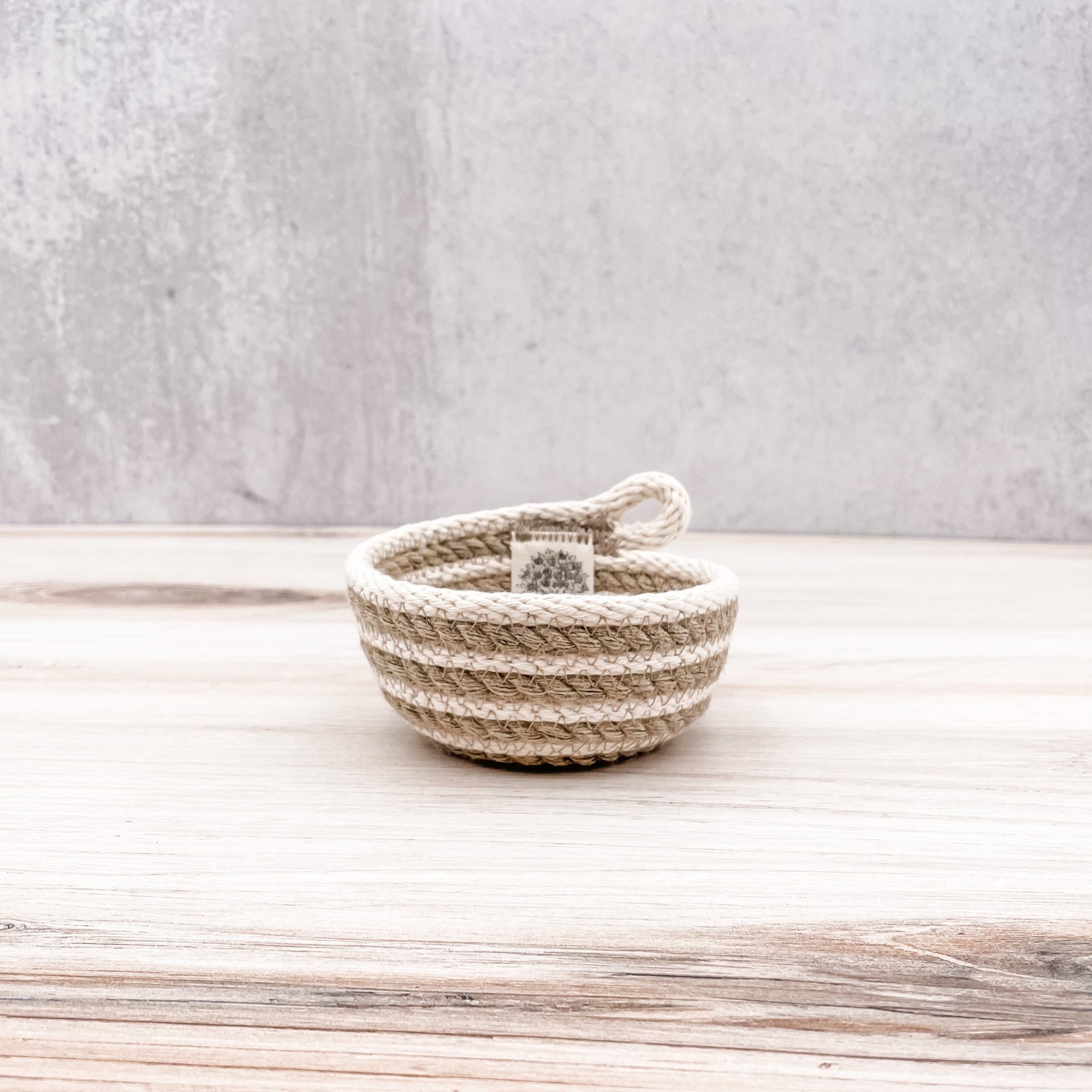 Ribbon bowl with loop