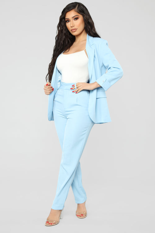 what color goes with baby blue pants