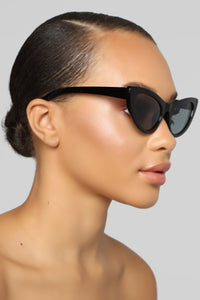 Just A Reminder Sunglasses - Black