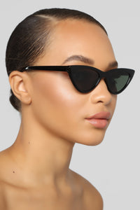 Looking From Far Sunglasses - Black