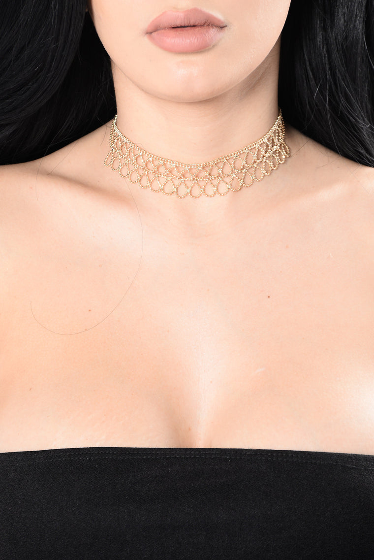 Don't Trust Her Choker - Gold