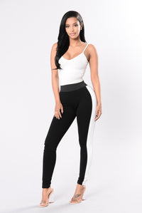 Workout leggings in black and white