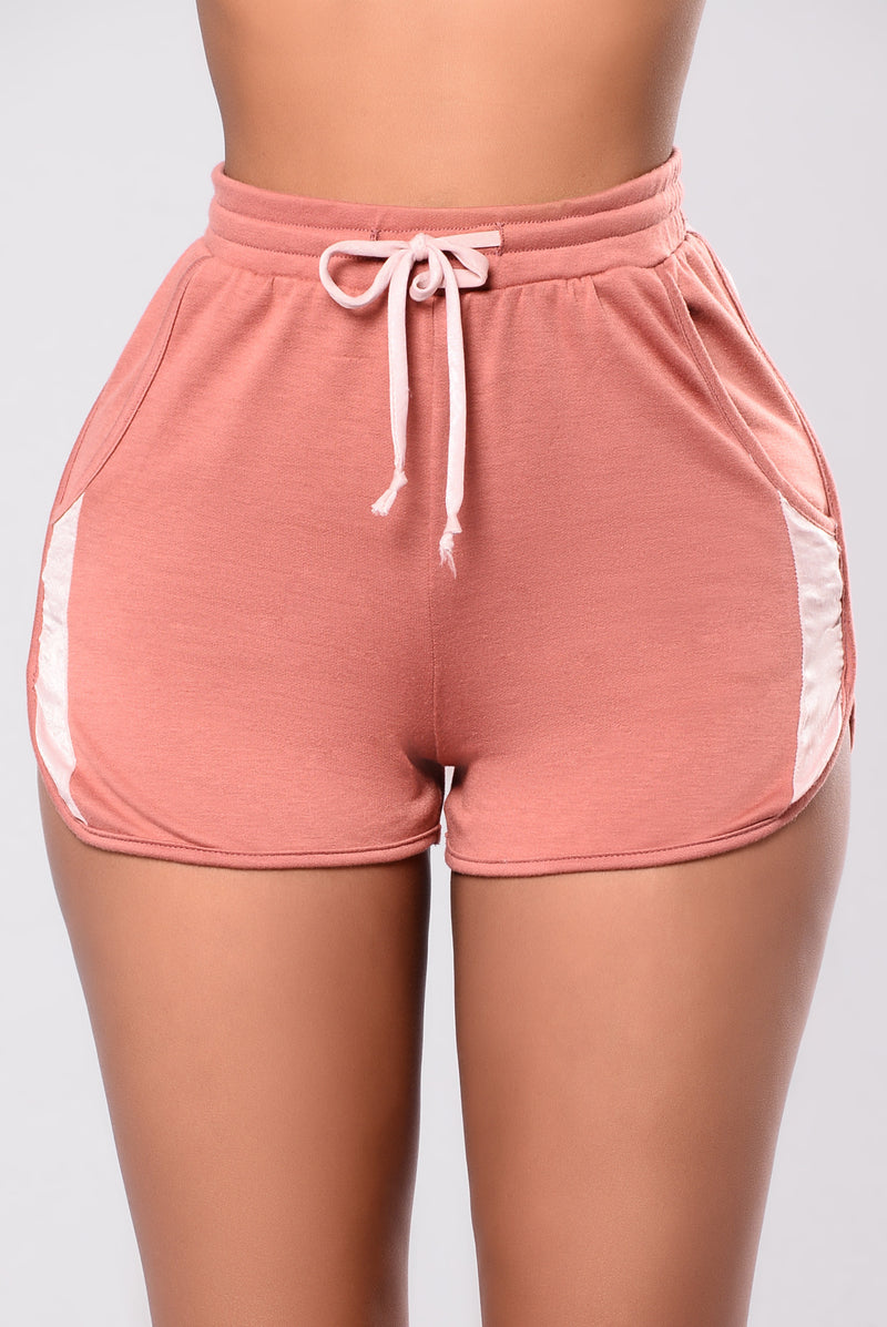Peep The Detail Shorts - Mauve/Blush