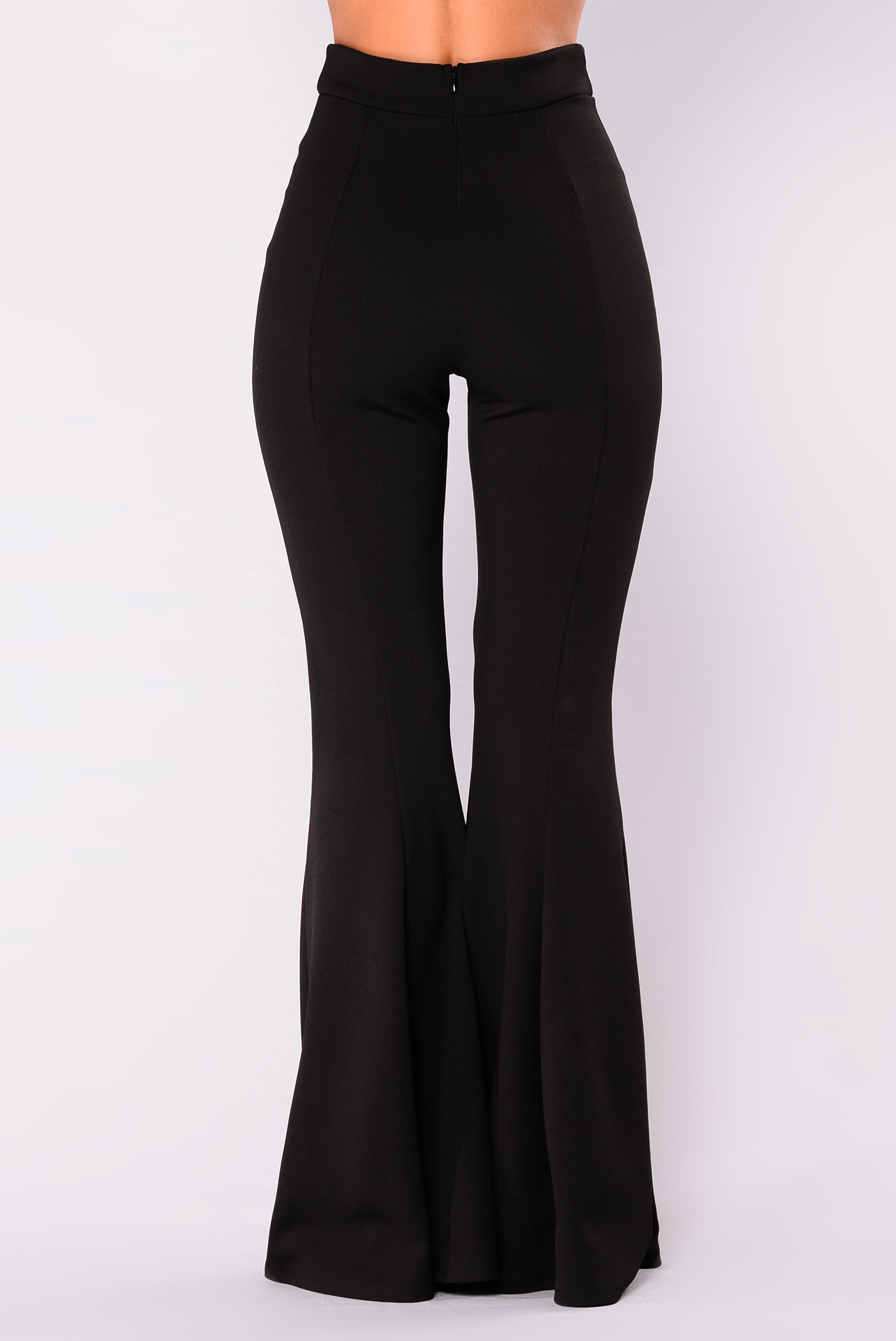 The Aerie Chill Flare Pant live up to their name and are a style of womens flared pants that are practical and very relaxing to wear. They use a soft stretch fabric blending spandex with cotton and come in a true black .
