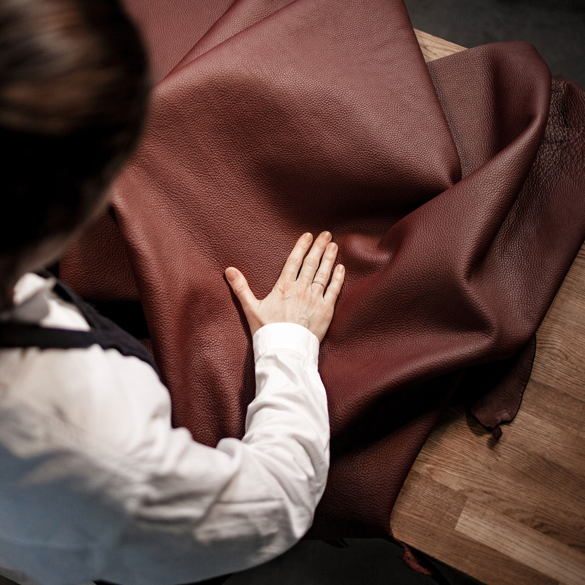 Leather worker and her savoir-faire
