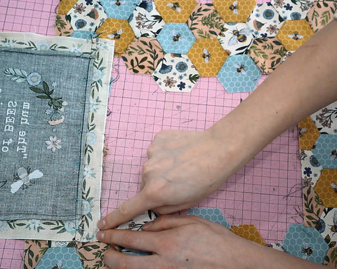 Attaching a panel to a hexagon quilt tutorial sewing by machine easy quilt tutorials