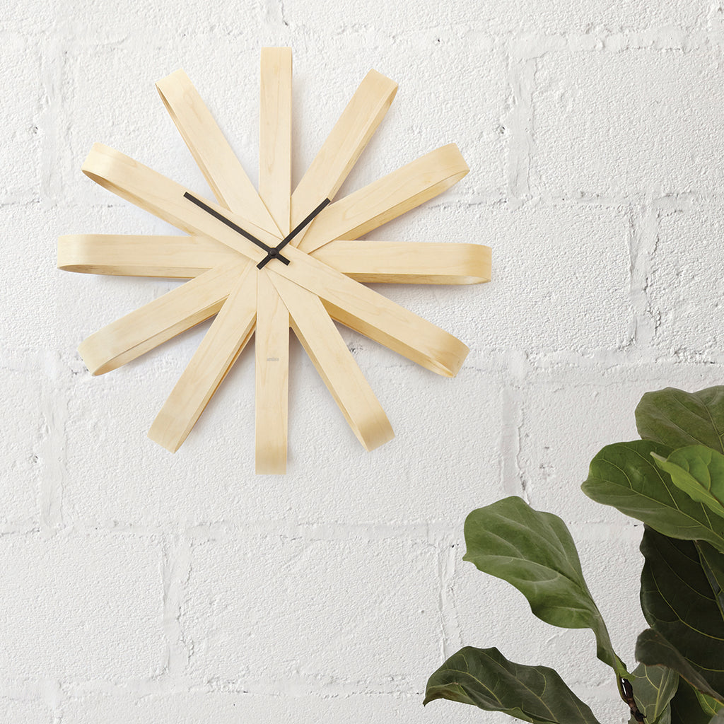 This gorgeous modern clock has a natural finish and is made from bent beechwood that has been formed into a folded ribbon shape, with each folded ribbon representing an hour on the clock. The contrasting minute and hour hands make it easy to tell the time no matter how large your room is. Its contrasting minute and hour hands make it easy to tell the time. Ribbonwood's bent wood is part of a complex process of molding bent plywood. It involves high pressure equipment, heat, special adhesives, and a lot of h