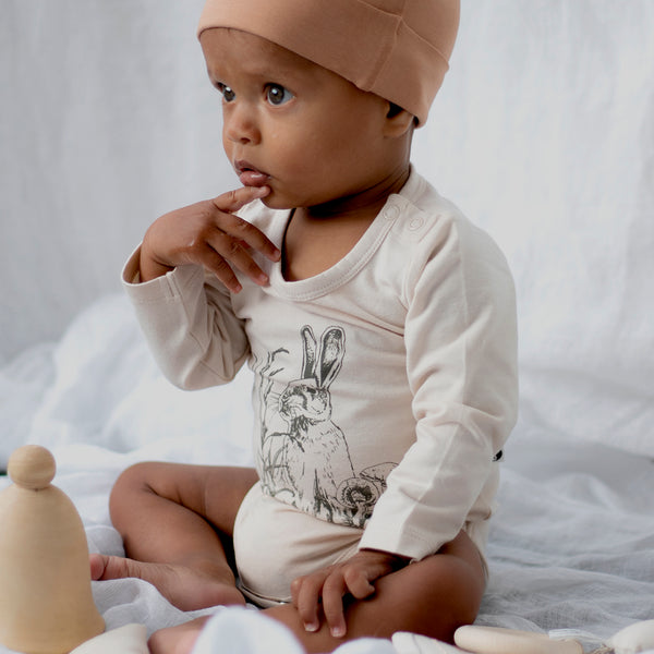 The Essentials long sleeve onesie is made from 95% GOTS certified organic cotton 5%  elastane.    Available in a selection of colours and Prints, has two domes on the shoulder for dressing.  • Sizing from NB to size 1 • Designed in NZ  • Ethically made by our friends in India • GOTS certified