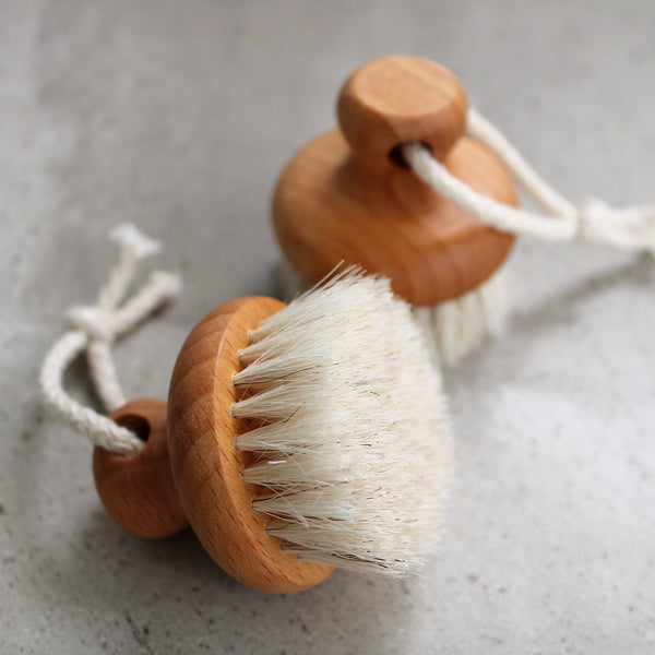 florence face brush goat Made with soft goat hair that will gently massage the dry skin from your face and give a glowing complexion.  Size: 4.5cm