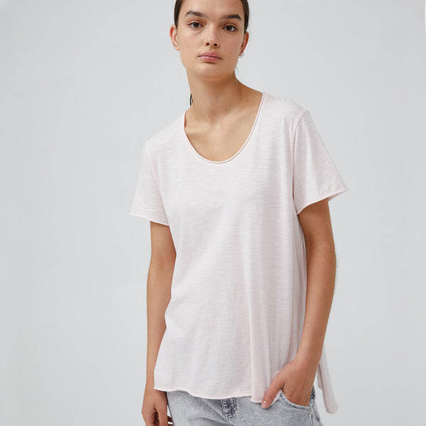 The Cindy Tee takes inspiration from the cool vibe of its namesake Cindy Crawford, timeless and iconic with a raw edge neck and sleeve detail, side splits and hi-lo hemming. Crafted from 100% GOTS Certified Organic Cotton, the Cindy is your forever tee.  STYLE DETAILS: • White • Raw hem neckline • Short sleeves, raw hem cuffs • Hi-lo square hemline • Subtle side splits   Fabric: 100% GOTS Certified Organic Cotton Slub (Global Organic Textile Standard)  SIZE & FIT: Relaxed fit. Length 66cm