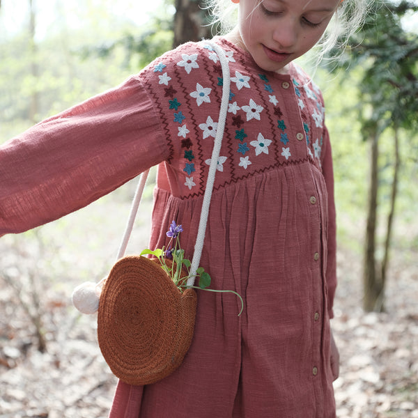 rope purse Our rope purses are the perfect companions for your child on all their adventures, big or small.   They are made from organic cotton rope.  With their natural look they hang beautifully on the shoulder wile exploring nature.   Size:  One size  Material: 100% GOTS certified organic cotton rope Designed in Denmark | Made in India