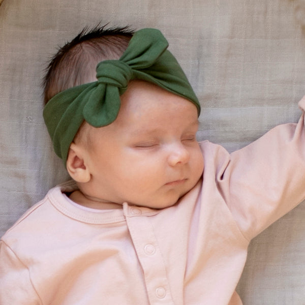 The Essentials headbands have a knot/bow that can be adjusted slightly to fit.  They are made to fit baby's between 0-18m.  Made from our gorgeous 95% GOTS certified organic cotton and 5% elastane they have a lovely stretch to stay snug on the head.  Designed in NZ  Ethically made by our friends in India.