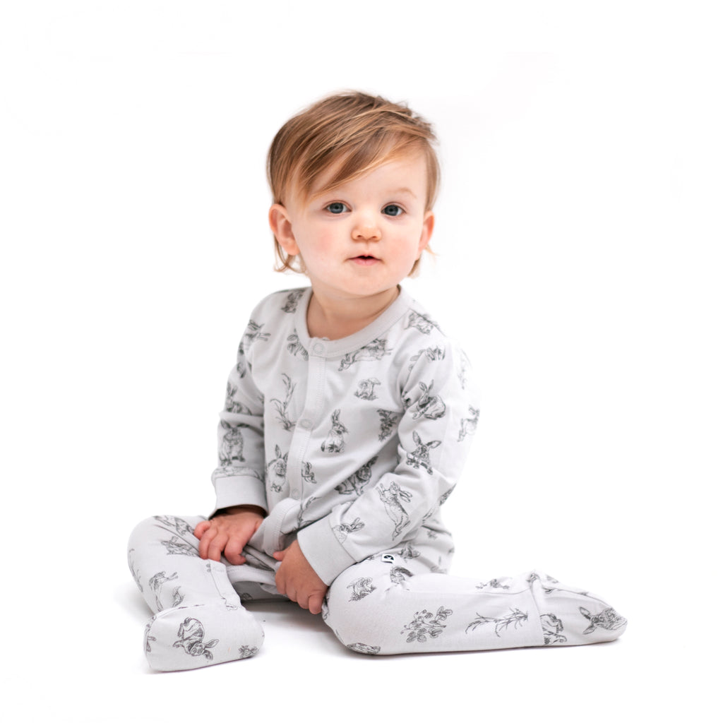 The essentials all in one is an easy access baby outfit perfect for new babies or sleep time. Attached feet keep little babies feet warm and the domes up the front and inner legs allow for easy changing.  Made from 95% GOTS certified organic cotton, 5% elastane.