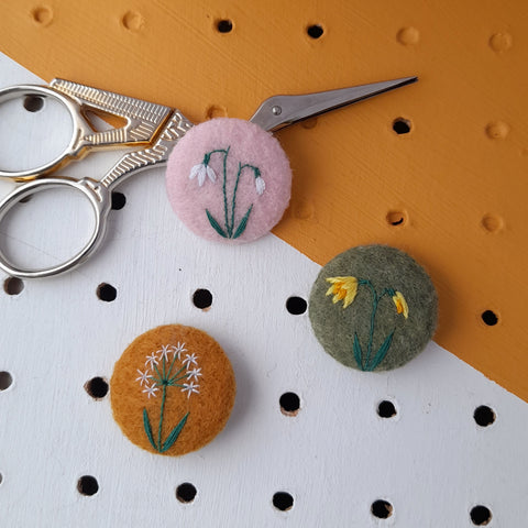 Spring flowers badge set