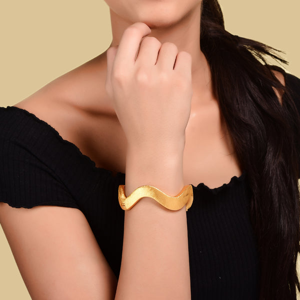 TEXTURED WAVY GOLDEN BANGLE