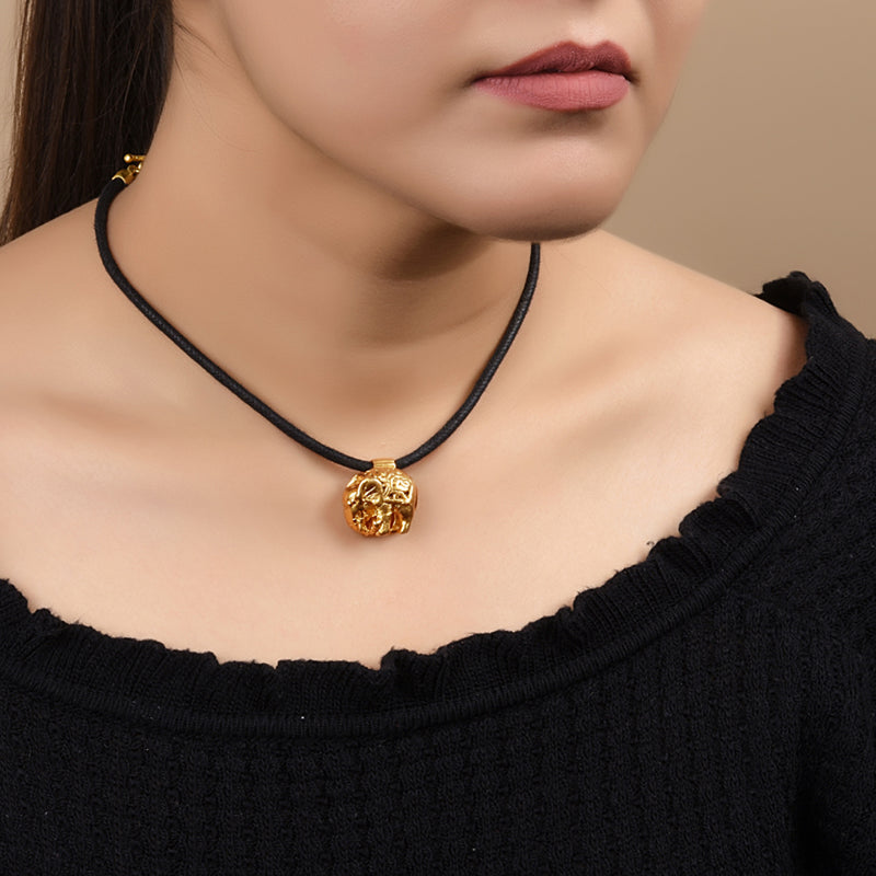 THE ROYAL TRIUMPH CHOKER