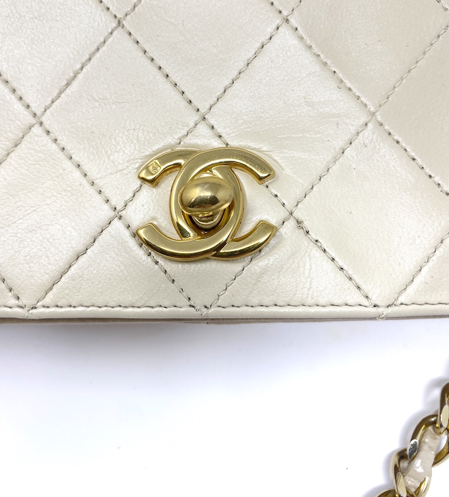 Chanel beige bag, quilted, in leather with CC logo and chain.