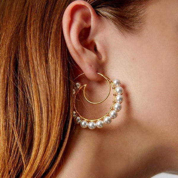 18K gold-plated open pearl hoop on model