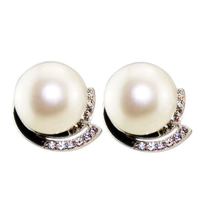 Glittering pearl stud earrings - Timeless Pearl