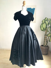 Carica l'immagine nel visualizzatore di Gallery, 1940s 1950s - Spectacular Black Full Circle Skirt Night Dress - W24 (60cm)