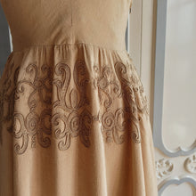 Charger l'image dans la galerie, 1940s - Glorious Sand Rayon Embroidery Dress - W30 (76cm)