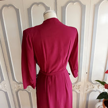 Laden Sie das Bild in den Galerie-Viewer, 1940s - Spectacular Wine Velvet Crepe Belted Dress - W32 (82cm)