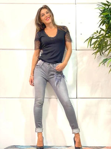 Image of Look black pantalon fracomina color gris pitillo con cadena de plumas
