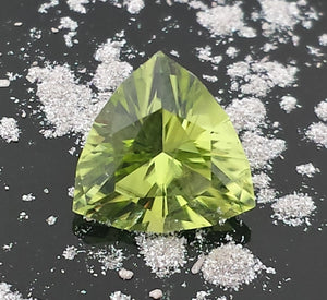 Gemstone - Peridot (hand-cut), Arizona origin, vivid Green, 1.65 cts trillion