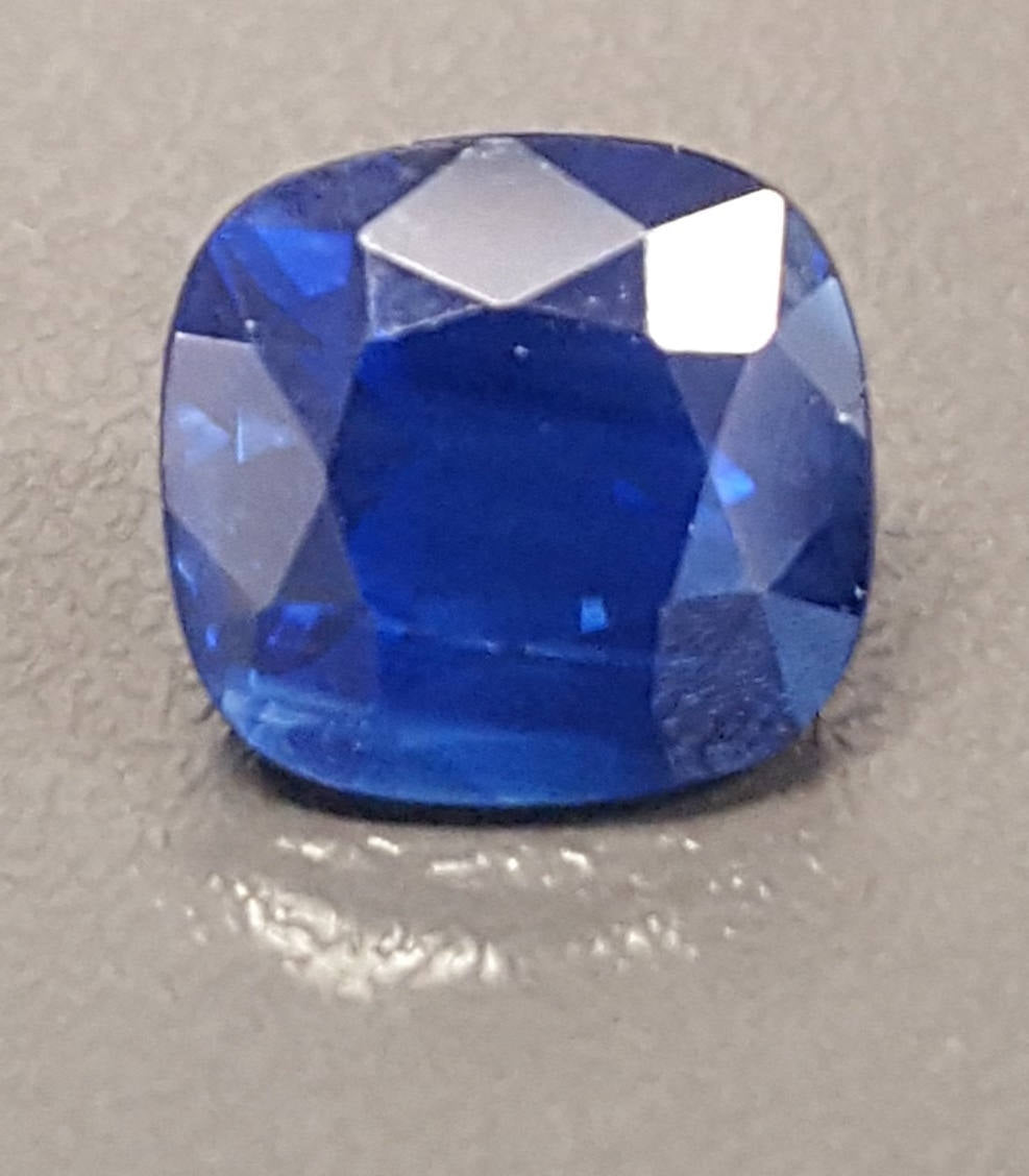 Gemstone - Sapphire, Blue (heated), deep velvety color - 2.17 cts cushion
