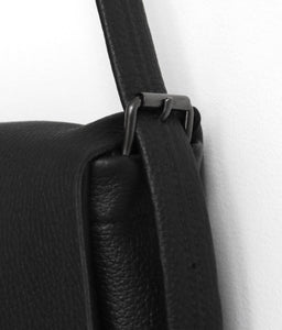 Golden loop. frrry. shoulder bag. loop handle strap. black. detail view.