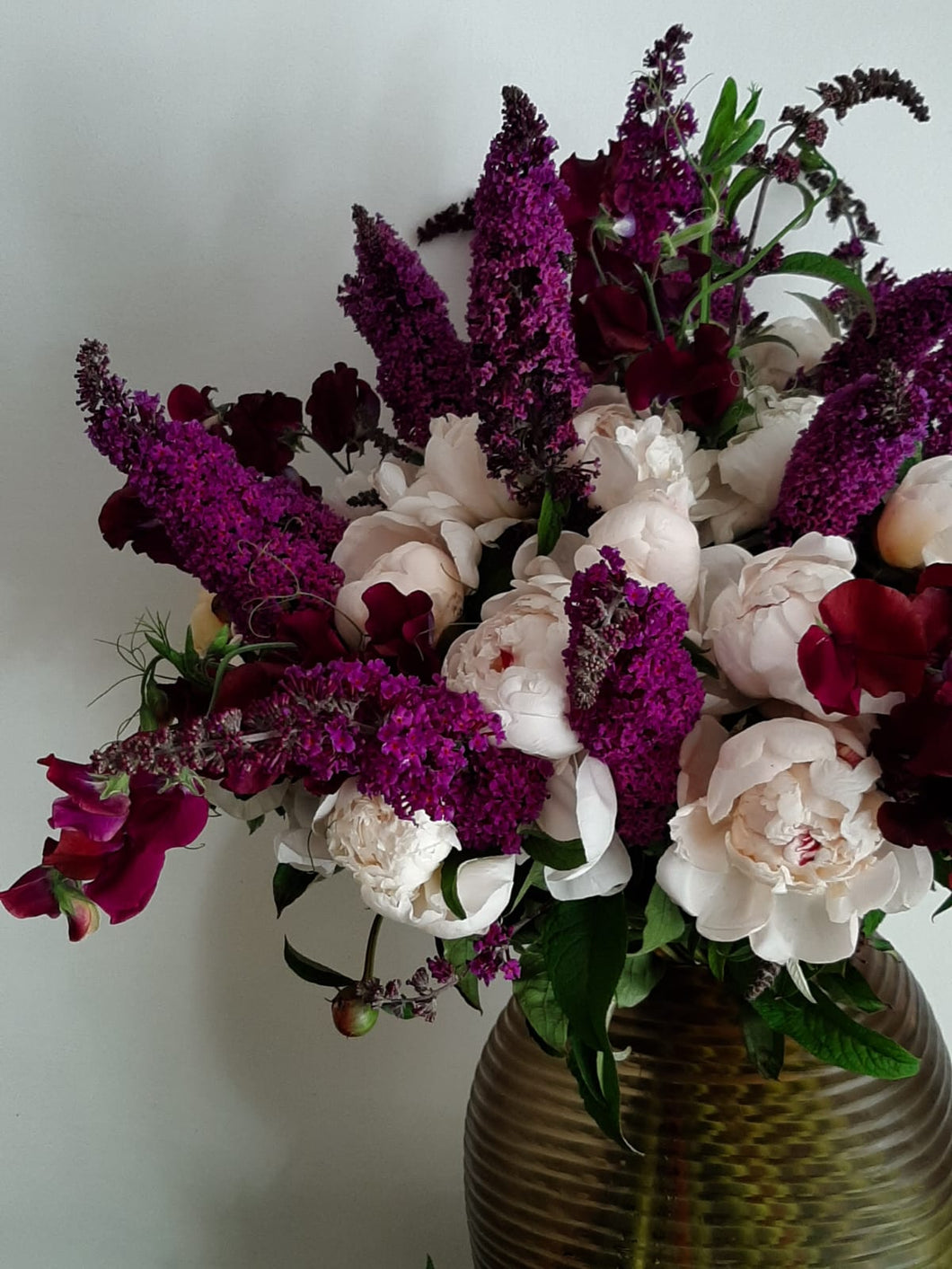 Composition de pivoines et buddleias
