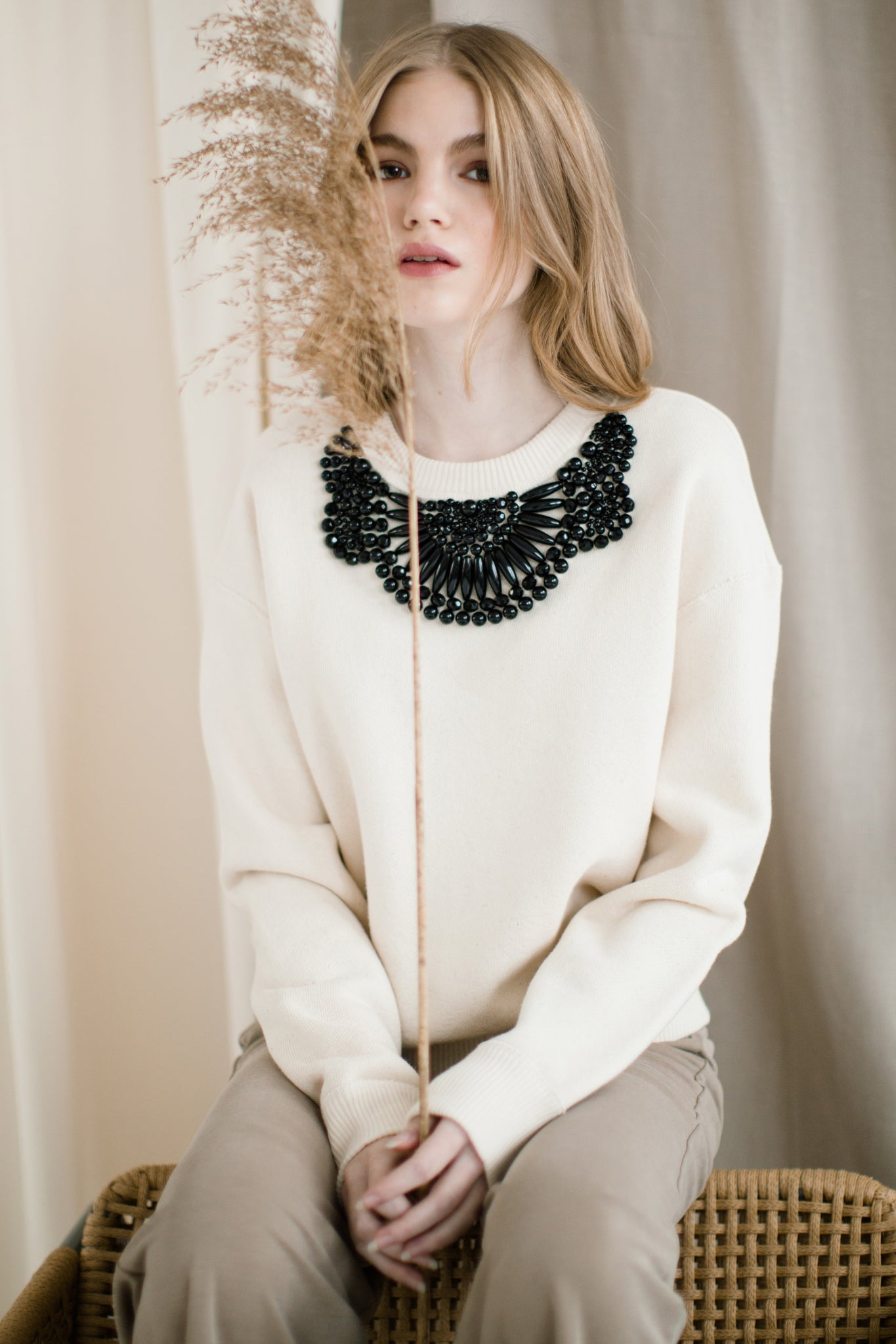 Porcelain sweatshirt with black beaded ornament | Size S