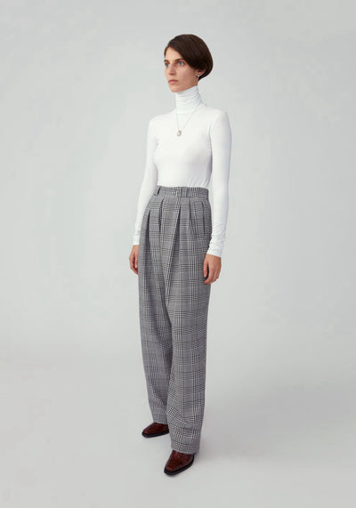 Woman in houndstooth grey wide leg pant fit side.