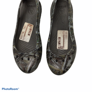 Primary Photo - BRAND: CROCS STYLE: SHOES FLATS COLOR: CAMOFLAUGE SIZE: 5 SKU: 111-111281-22666
