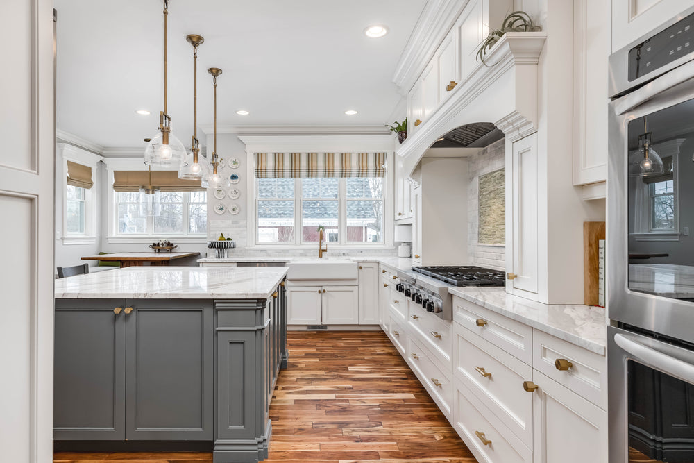 White kitchen with antique brushed brass cabinet knos and pulls