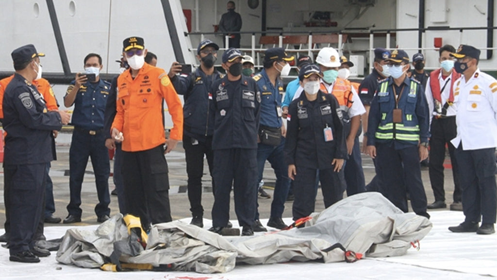 Boeing accident in Indonesia: body parts found, the search continues