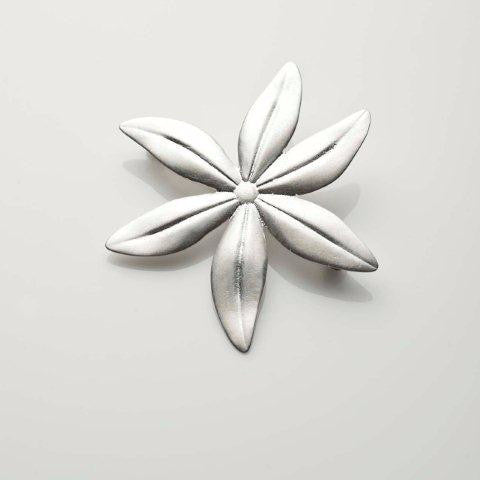 Cover me in daisies medium brooch in silver