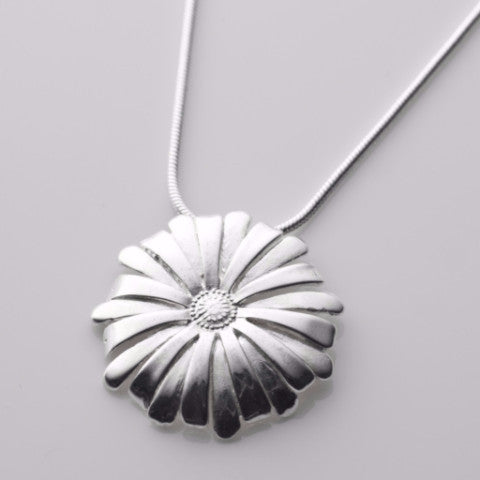 He loves me he loves me not medium pendant in silver