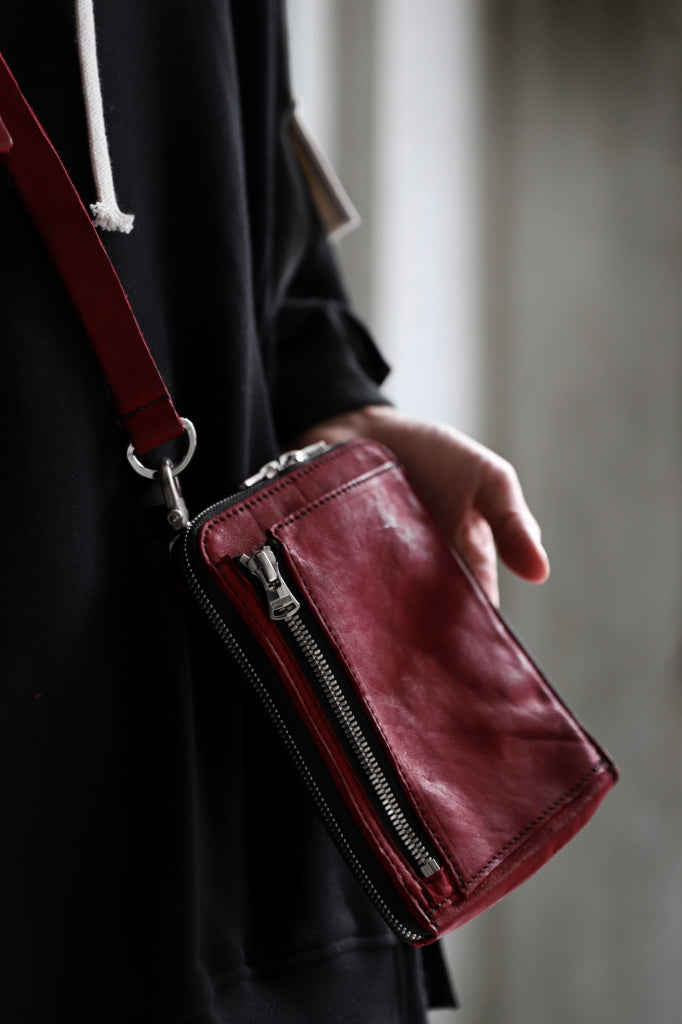 [ Bag ] ISAMU KATAYAMA BACKLASH PORTABLE BAG / DOUBLE-SHOULDER OBJECT DYED Price / ¥35,400 - (in tax) Size / Free (H18cm W13cm D2cm) Color / Red Material / Double Shoulder (Cow Leather)